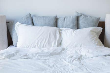 Beaucoup d'oreillers sur le lit Banque d'images