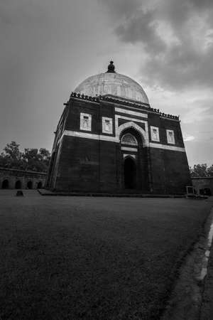 Black and white Islamic Mausoleum in India Éditoriale