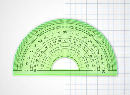 Schulbedarf. Messgerät. Grüner transparenter Plastikwinkelmesser auf Weiß und Blatt in einer Zelle. Das Zeichengerät ist ein in Grad unterteilter Bogen, um die Winkel zu messen und auf die Zeichnung anzuwenden