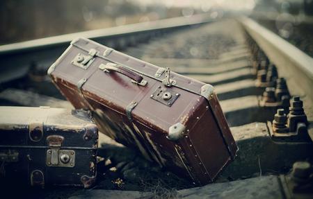 Twee ouderwets een koffer op spoor Stockfoto