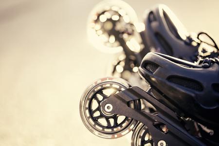 Wheels of rolschaatsen close-up in de stralen van de zon.