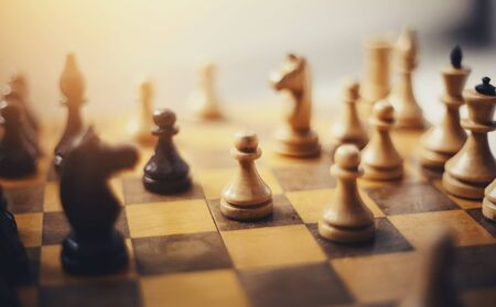 Pezzi degli scacchi sulla scacchiera. Pezzi degli scacchi in legno sulla scacchiera. Gioco intellettuale - scacchi. Archivio Fotografico