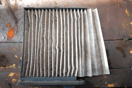 Mechanic is changing old air filter by mechanic in the car air condition  service. 版權商用圖片 - 91993610