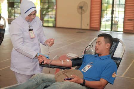 Muadzam Shah, Malaysia - 21. Februar 2018: Nicht identifizierter Mann im Blutspendenstuhl während der Blutspendekampagne
