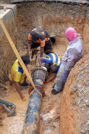 Nuadzam Shah, Malaysia - November 1st, 2018 : Construction site water supply project at working for welding the connecting of HDPE pipe Archivio Fotografico - 120680909