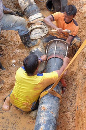 Nuadzam Shah, Malaysia - November 1st, 2018 : Construction site water supply project at working for welding the connecting of HDPE pipe Archivio Fotografico - 111545772