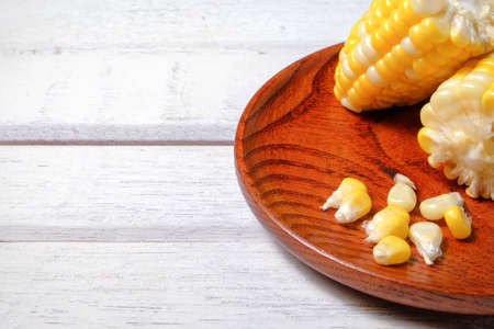 The steamed corn of the pearl corn is distinguished by the yellow and white kernels. 스톡 콘텐츠