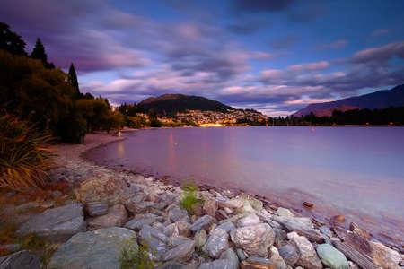 Prachtig landschap aan Lake Wakatipu Queentown New Zeland tijdens zonsondergang. Stockfoto