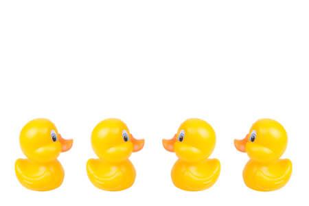 Gelbes Entenspielzeug aus Kunststoff isoliert auf weißem Hintergrund