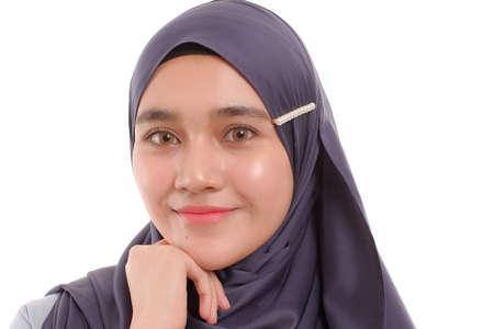 Beau modèle de femme musulmane asiatique posant sur fond blanc avec une expression différente.