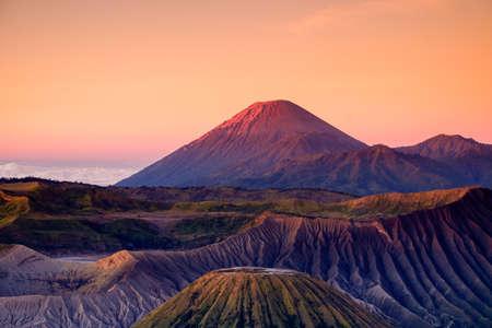 Der schöne Sonnenaufgang am Vulkan Mount Bromo, die herrliche Aussicht auf den Mount Bromo im Nationalpark Bromo Tengger Semeru, Ost-Java, Indonesia.Image enthält Rauschkorn und verschwommen.