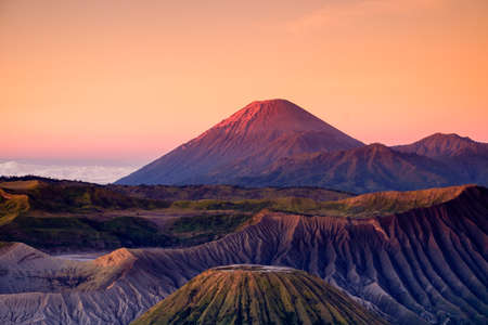 Le magnifique lever de soleil sur le volcan du mont Bromo, la vue magnifique sur le mont Bromo situé dans le parc national de Bromo Tengger Semeru, à Java oriental, en Indonésie. L'image contient du grain de bruit et du flou.