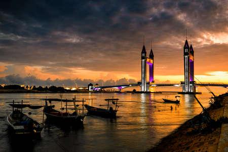 Mooie Terengganu Draw Bridge tijdens zonsopgang. De nieuw geslagen brug zorgt voor een wegverbinding tussen het vasteland van Kuala Terengganu en Seberang Takir. Afbeelding bevat overmatig veel ruis Stockfoto