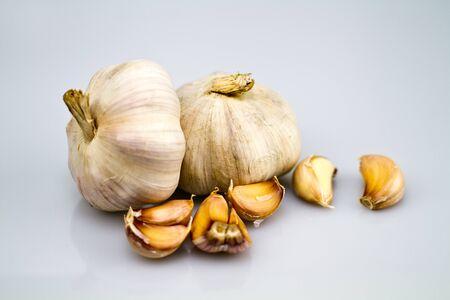peeled off: garlic bulbs with peeled off cloves