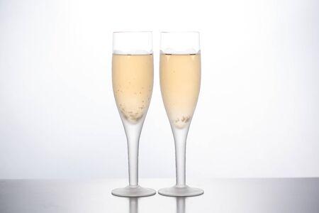 kieliszki szampana na białym tle. przedni widok Zdjęcie Seryjne