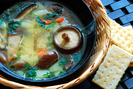 아름 다운 표고 버섯 수프 아름 다운 그릇에 맛있는 신선한 표고 버섯 수프