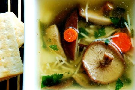 아름다운 그릇에 맛있는 신선한 표고 버섯 수프 스톡 콘텐츠