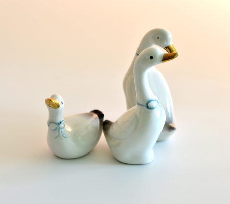 pert: Ceramic figurines of geese three pieces on white background.