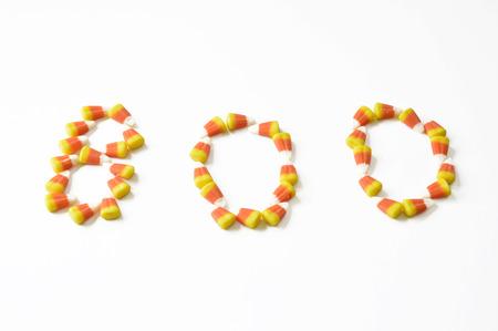 ハロウィーンのキャンディは、休日のためオレンジ色の美味しいお菓子をトウモロコシします。