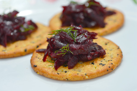 Fresh delicious beets on a plate on a cracker Imagens