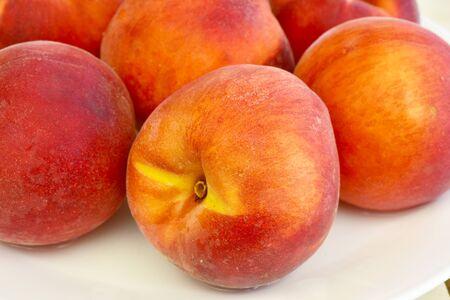 美しい新鮮なジューシーなモモ果実の有機食品 写真素材
