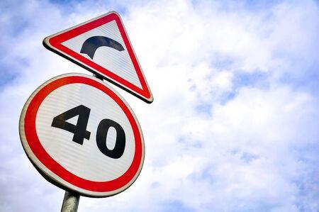 Señal de carretera de limitación de velocidad / giro.