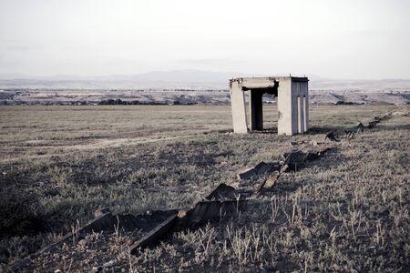 Costruzione incompiuta, abbandonata e parzialmente diroccata. Costruzione rovinata in un campo. Archivio Fotografico