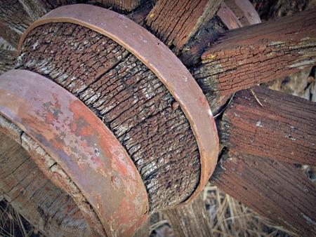 carreta madera: close up de degradado rueda de carro de madera