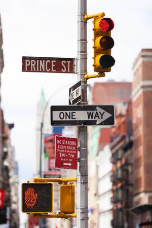 Un panneau à sens unique et un feu de circulation à Ney York, NYC Banque d'images - 91366174
