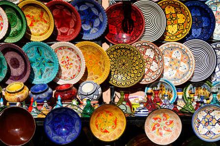 L'arabe traditionnel artisanal, assiettes décorées colorées au bazar de Marrakech, Maroc, Afrique