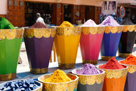 Colorful cooking Spices and flower in traditional local medina bazaar market in Marrakesh, Morocco Stockfoto