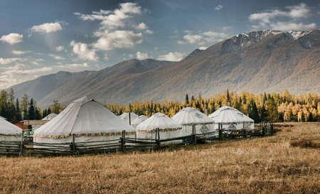xinjiang: Yourtes MONGOLE par Lac Kanas, Xinjiang, Chine.  Banque d'images