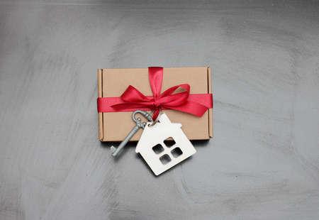 prezent związany kluczem i domem Zdjęcie Seryjne