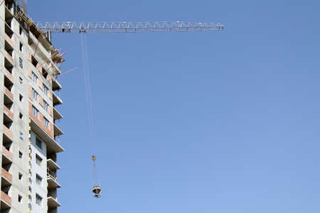 raises: Crane quickly raises to the desired height necessary cargo
