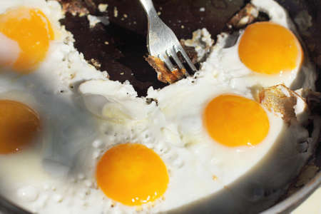 huevos estrellados: appetizing dish hot frying pan with fried eggs in the sun outdoors  hot dish of eggs Foto de archivo