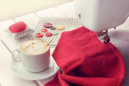 schaumiger Kaffeehintergrund von Gegenständen zum Nähen / Arbeitspause