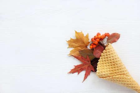 光の木の表面にワッフル ホーンの山の灰、かえで、フルーツの果実と葉/秋のデザートのアイデア 写真素材 - 87686885