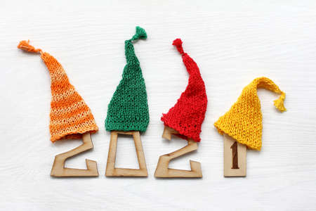 wooden figures in colored knitted caps. holiday weekend 2021 Foto de archivo