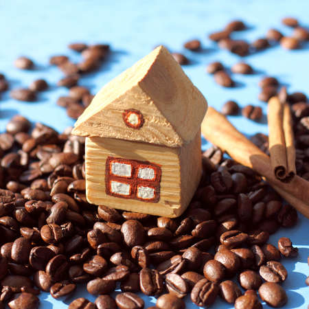 wooden house on the mountain of coffee beans. cozy homemade drink 免版税图像
