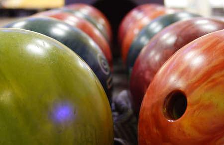 Mehrere bunte Bälle für das Abspielen von Bowling Standard-Bild - 2554722
