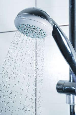 gouttes entrées dans le bain douche. Mouvement congelé