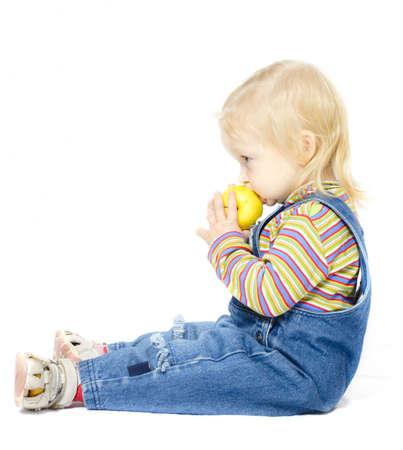 enfant de la séance avec la pomme sur un fond blanc