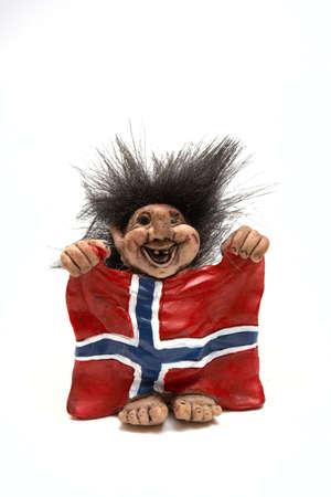 Figurine de sourire troll accrocher un pavillon au bras isolées sur un blanc, Norvège  Banque d'images