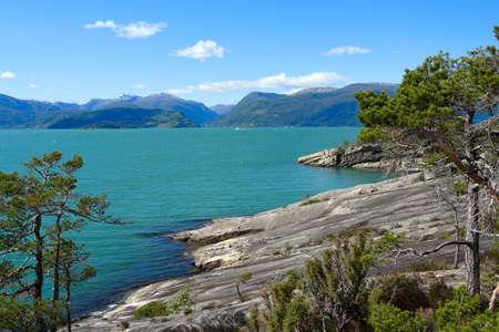 côte rocheuse et montagnes dans la distance, Norvège