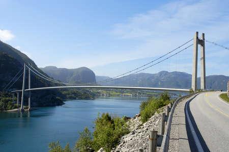 puente colgante y carretera en las monta�as de noruegas  Foto de archivo - 7498120