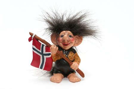 figurine de troll souriant accroché un drapeau à ses bras isolé sur un fond blanc, Norvège