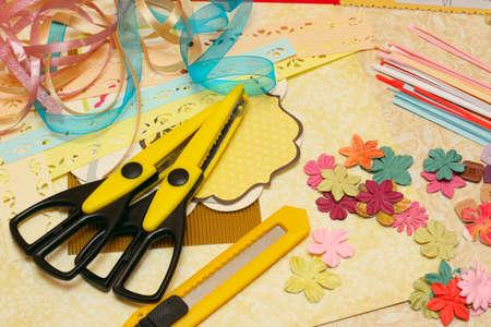 art and craft equipment: hecho a mano scrapbooking postal y herramientas en una tabla  Foto de archivo