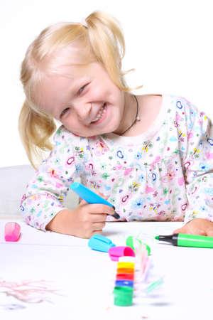 niño pequeño dibujo sobre un fondo blanco. Foto de archivo - 10437366