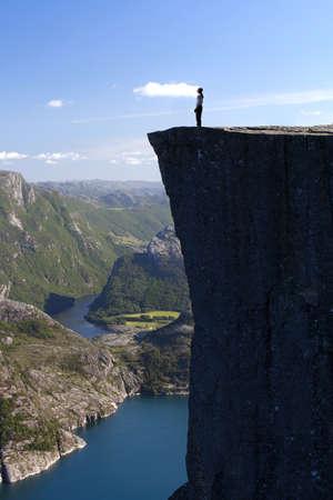 bordi: escursionista in piedi su Preikestolen e guardando il cielo, Preikestolen
