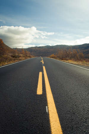 route automne vide dans les montagnes norvégiens.